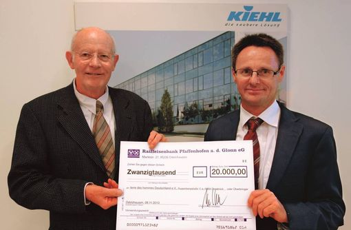"""Foto: de la dreapta.: Johannes-Peter Kiehl, director executiv acţionar al COMPANIEI KIEHL, la predarea donaţiei către domnul Klaus Kabey, colaborator voluntar din 1983 pentru """"terre des hommes"""""""